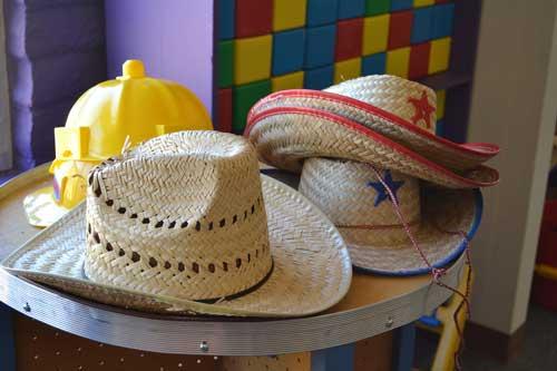 Hüte und Kostüme