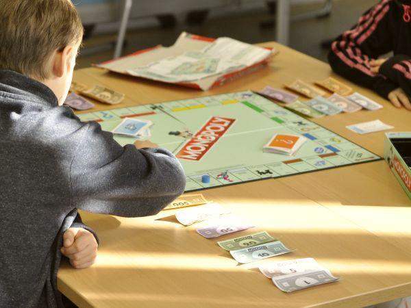 Kind spielt Monopoly